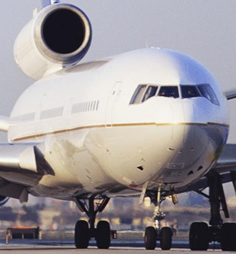 Transport aerien passager Avion Jet sur piste d'aéroport